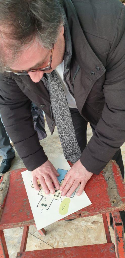 Il Presidente di Enna esplora la mappa tattile della struttura della mostra