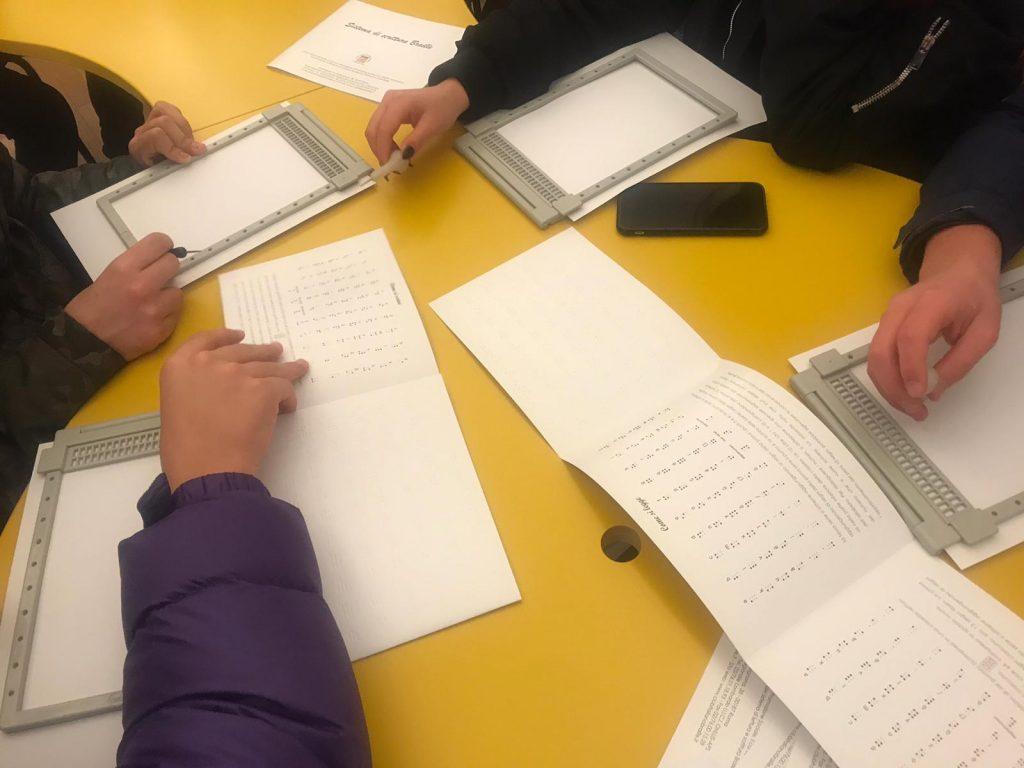 scolaresca nella sala dedicata all'irifor per scrittura e lettura braille (progetto irifor e aives) foto 2
