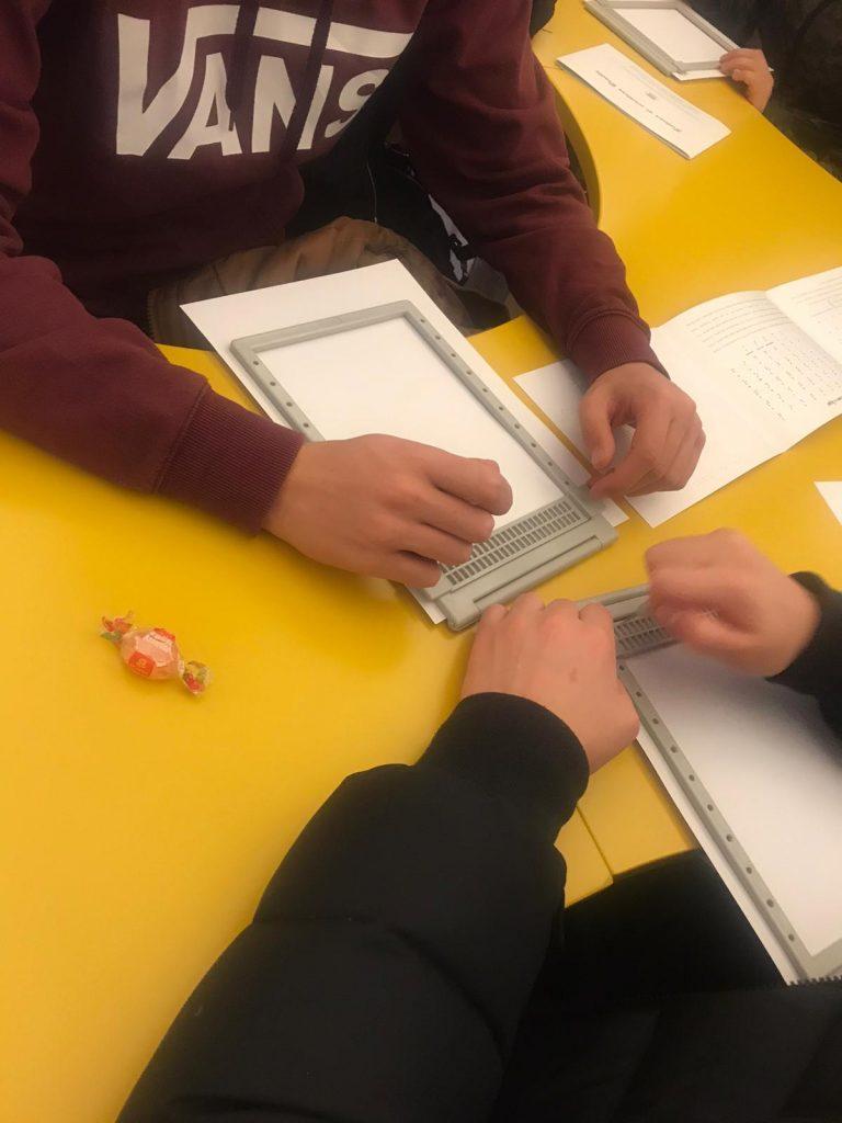 scolaresca nella sala dedicata all'irifor per scrittura e lettura braille (progetto irifor e aives) foto 3